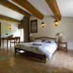 Дизайн обливной керамической плитки в интерьере спальни прованса фото