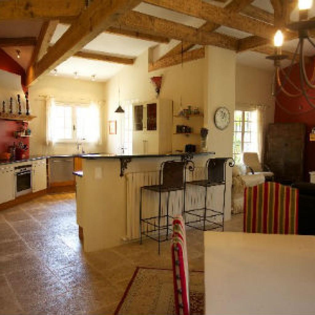 темная плитка и светлая кухня прованс фото
