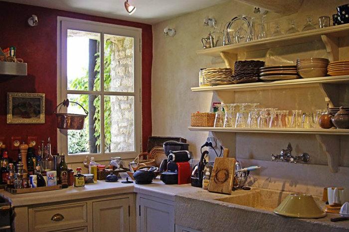 Кухонные полки в интерьере прованской кухни фото