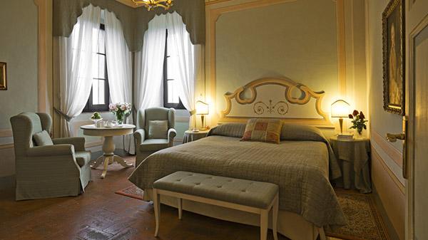 спальня с резными панелями