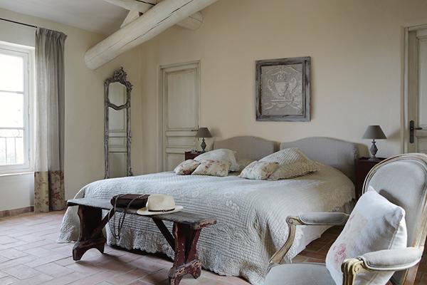 балки на потолке в спальнях прованса фото