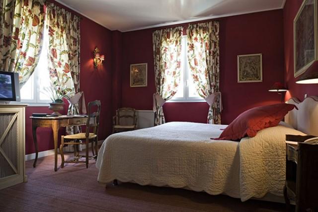 спальня с пурпурными стенами стиль прованс