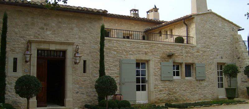 Дома в прованском стиле возводятся из кирпича или известняка