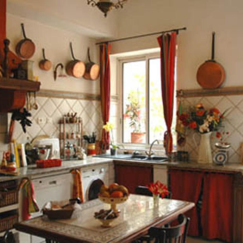 Медные сковородки на кухне в стиле прованс фото